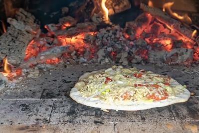 Und dann haben wir im Pizzaofen zum ersten Mal Flammkuchen gemacht. Fast wie Pizza, aber mit einem etwas anderen Belag.
