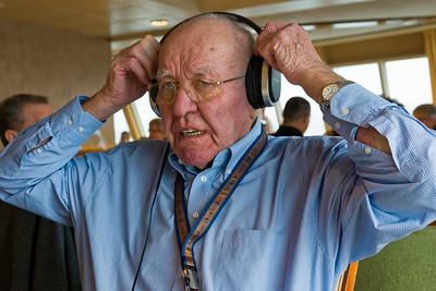 Opa geht es auch wieder besser. Hier testet er Richards neue Kopfhörer.