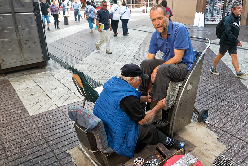 Meine Motorradstiefel brauchen nach der langen Fahrtetwas Pflege. Eigentlich ost der Preis zwischen 500 und 800 Pesos. Als der Schuhputzer meine Stiefel sah, meinte er, dass 1500 angebracht sind. Er hat dann noch ein gutes Trinkgeld für die viele Arbeit bekommen.