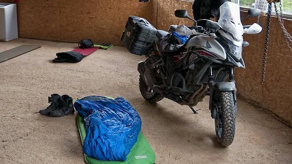In der Nähe von Puerto Bertrand haben wir auf einem Campingplatz übernachtet. Allerdings haben wir ohne Zelt in der Rezeption geschlafen. Die Motorräder durften auch mit rein!
