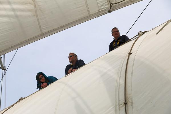 Richard steht oben im Mast bei den Segeln.