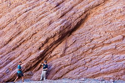 """Helga diskutiert mit einem Geoloen die Geologie im """"Amfitheater""""."""
