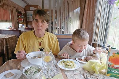 """Das Essen im Speisewagen war nicht besonders gut. Helgas Soljanka war etwas dünn und Richards Kartoffelbrei aus der Tüte. Nur Bernds """"Überraschungssuppe"""" war ganz passabel."""