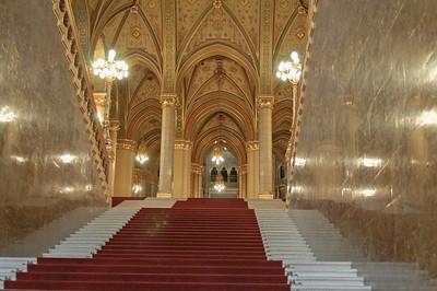 Hier die Treppe des Parlaments. 96 Stufen sind es insgesamt. Die Zahl 96 ist symbolisch und weist auf das Jahr 896 hin als die ersten ungarischen Siedler im Gebiert des heutigen Ungarn ankamen.