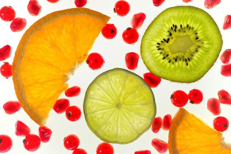 Fruchtografie<br /> Fruitography<br /> <br /> Zutaten: Früchte, Glasscheiben und zweimal Blitzlicht.<br /> Ingredients: fruits, glass panes and two flashlights.
