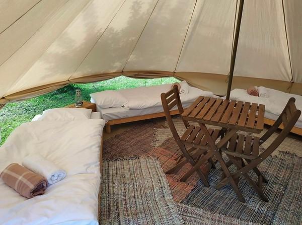 Telgis sees 4 jalgadega voodit +madrats + voodipesu + rätik + pleed