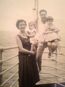 1957 - Familia Adalberto viagem de Lisboa para o Lobito: Teresa com o Beka e Adalberto com a Zelinha