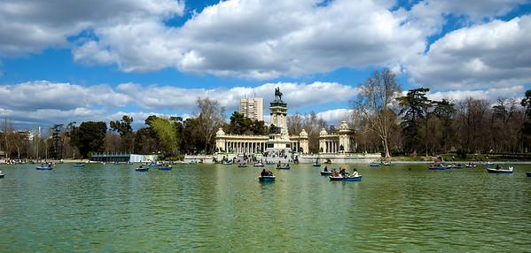 Estanque del Retiro ¿quién idearía ese edificio tras el monumento a Alfonso XII?