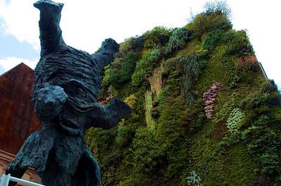 Elefante y jardín vertical.