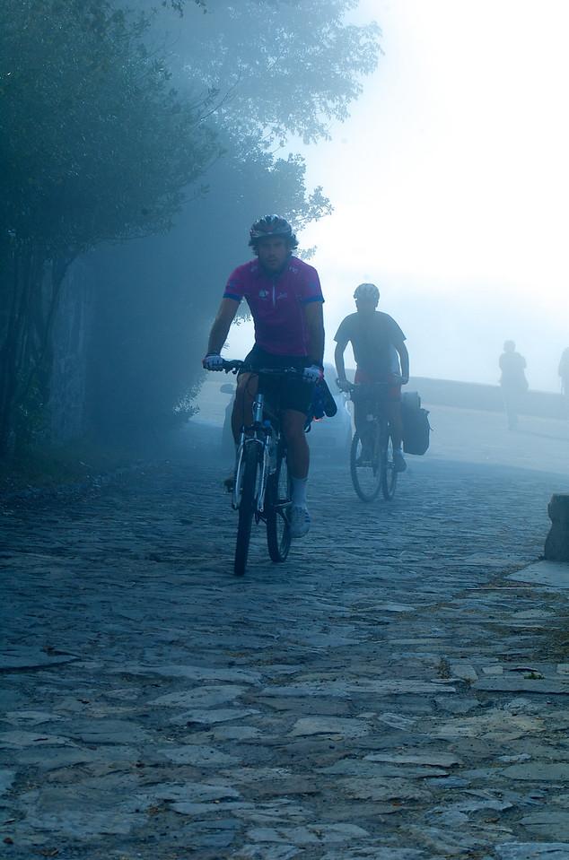 Ricardo y Fer apareciendo entre la niebla tras la subida.