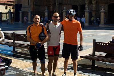 Etapa 6: Sahagún - Astorga (106 km). La etapa más larga del camino. Hicimos bastante carretera, paralela al camino, y le dimos un buen pellizco al recorrido. la de la foto es la parada en León a desayunar, ya con 53 km (desayuno merecido, por tanto)