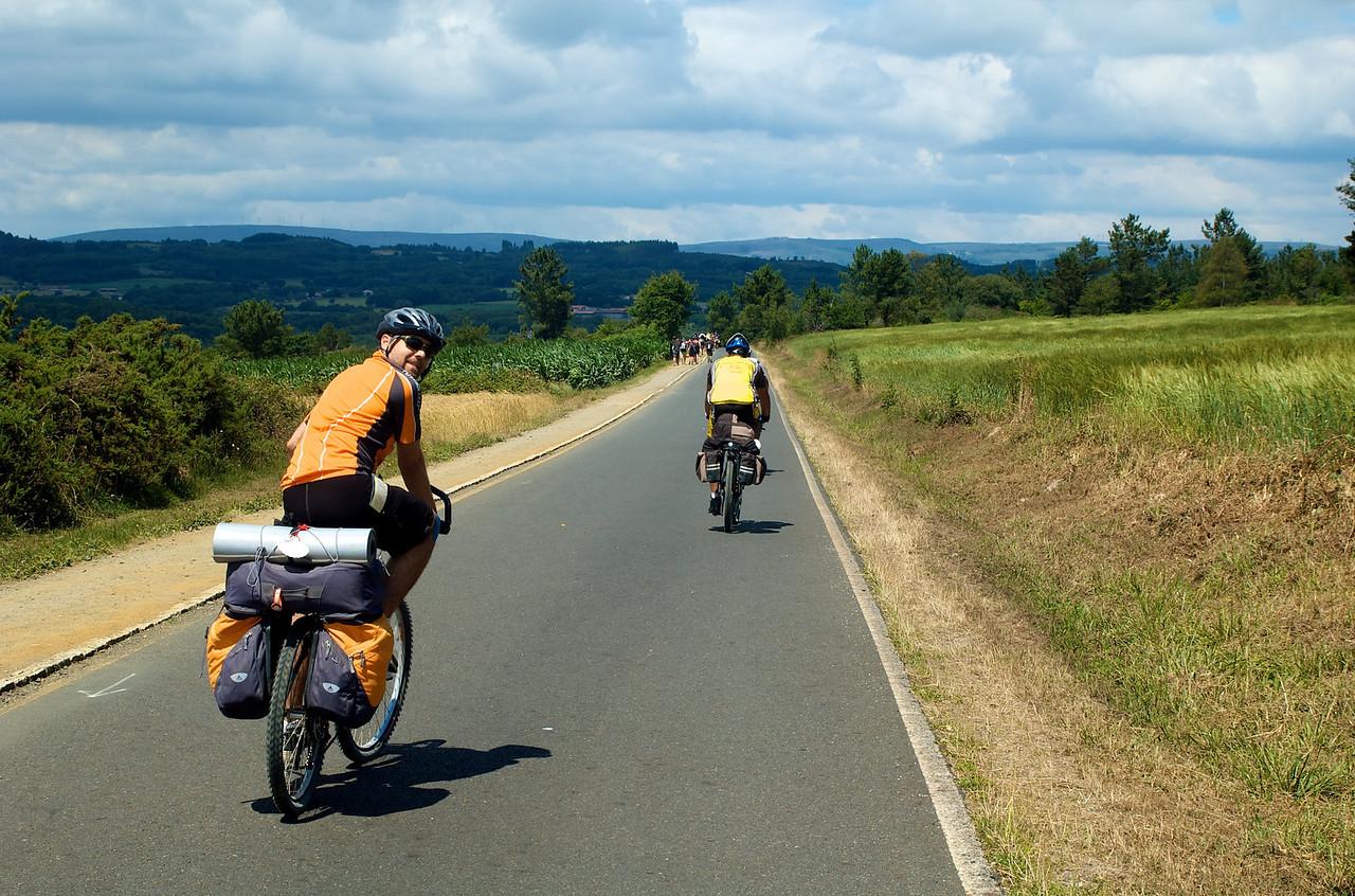 Pasado Sarria, últimos 100 km, comenzó la romería: demasiada gente intentando ganar la Compostelana!