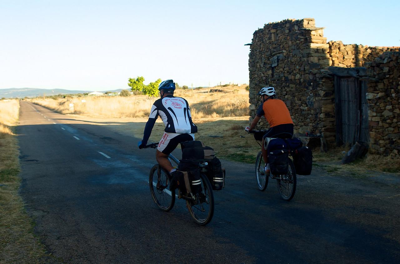 Etapa 7: Astorga - Villafranca del Bierzo (80 km) Esto debía ser hacia Rabanal del Camino. Jorge y Fer abriendo camino.