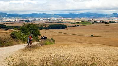 Primeras rampas hacia el Alto del Perdón. Pamplona al fondo. ¿Qué es eso de empujar la bici?