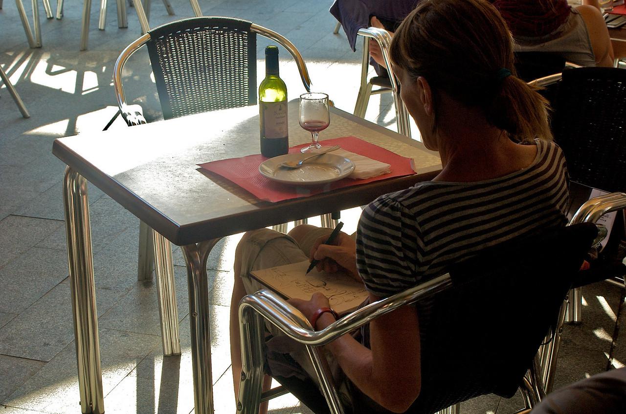 Peregrina tomando notas y haciendo bocetillos en su cuaderno de notas.