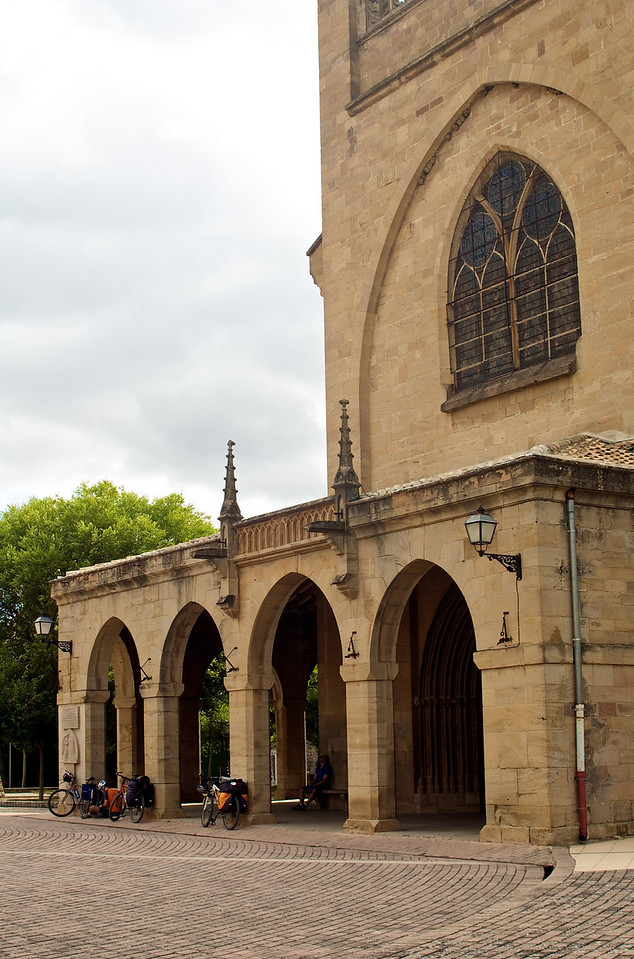 Frente a la iglesia de Óbanos.