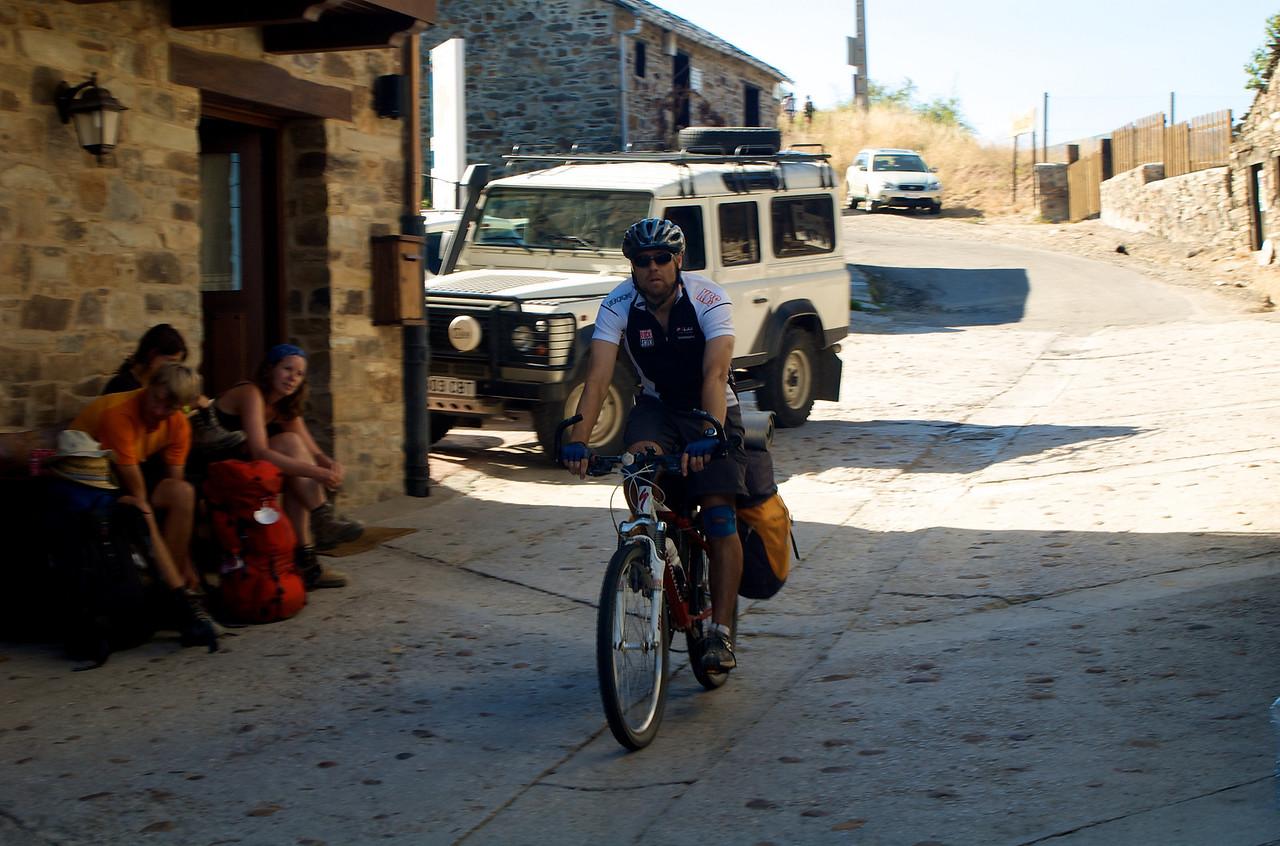 Bajada de la Cruz a su paso por el pueblo de El Acebo.