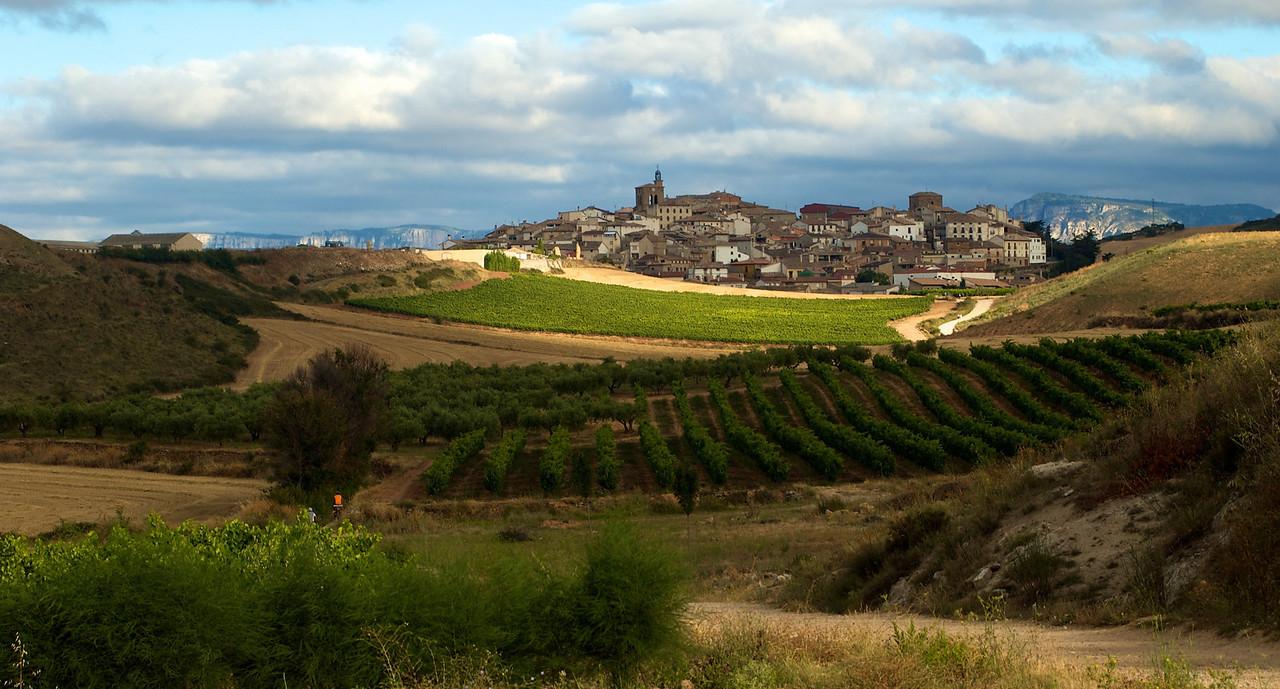 Etapa 2: Pte. La Reina - Logroño (75 km). Una preciosa vista de la llegada a Cirauqui, con Quique y Fer pedaleando. Esta es una de las que más me gustan.