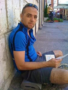 Parada en Burgos, dos horas en las que el calor no nos dejó hacer poco más que esto, sentarnos a la sombra frente a la catedral y comer, que todavía nos quedaban 40 km. Parece que Quique, mapa en mano, estaba pensando precisamente eso. Creo que fue el día de más calor.