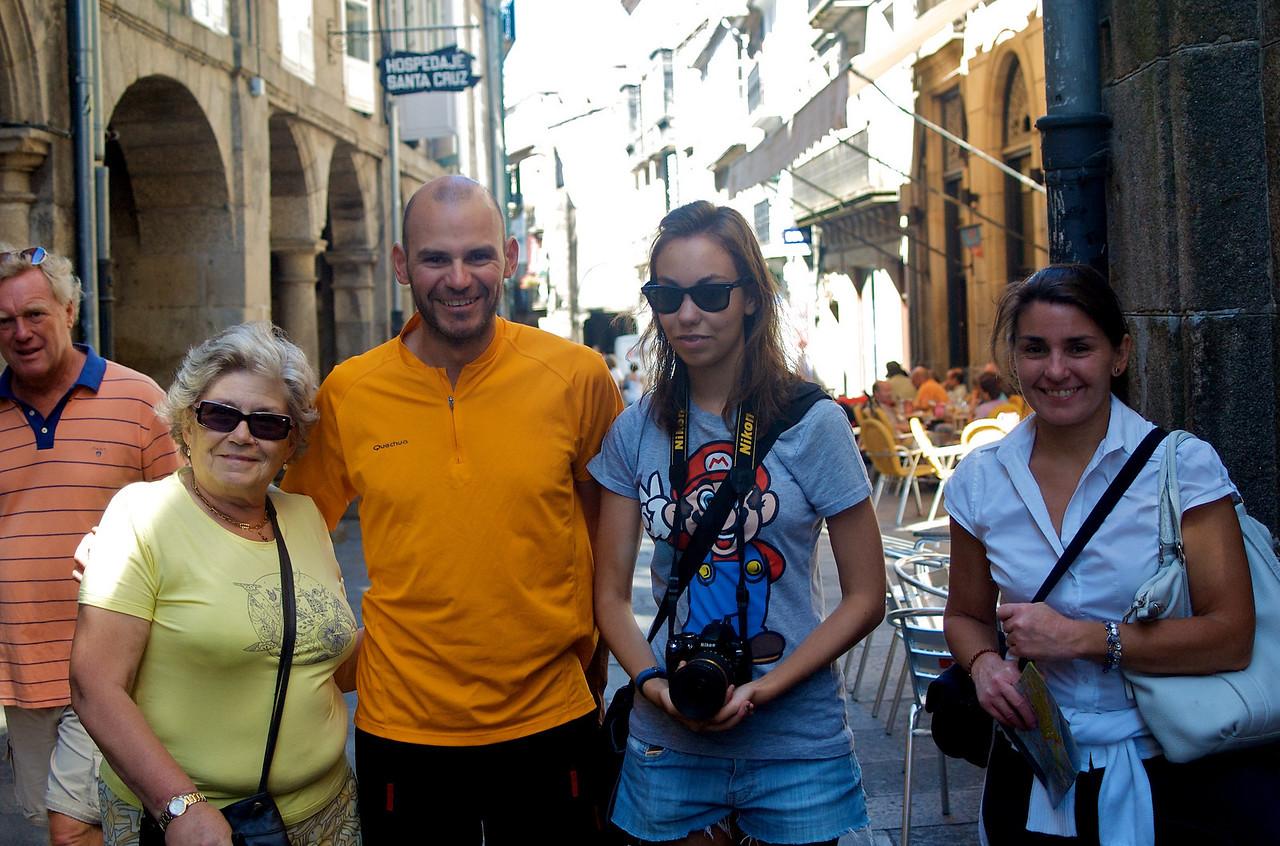 ¡Ya paseando y comiendo por Santiago nos encontramos con la familia!