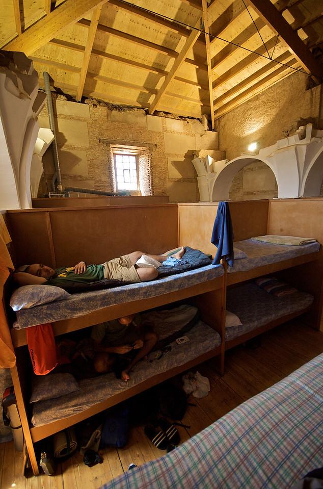 """Albergue municipal Cluny, en Sahagún. Era una estructura de madera montada en la parte alta de la nave de la antigua iglesia de La Trinidad. Este estaría en la guía de """"Albergues con Encanto"""" :o) Ahora bien, la """"orquesta"""" durante la noche fue espectacular."""
