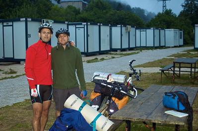 Etapa 1. Roncesvalles - Puente La Reina (75 km) Llegó la hora de la verdad, después de dormir en unos barracones en Roncesvalles, afortunadamente el peor refugio del Camino, nos poníamos en marcha.