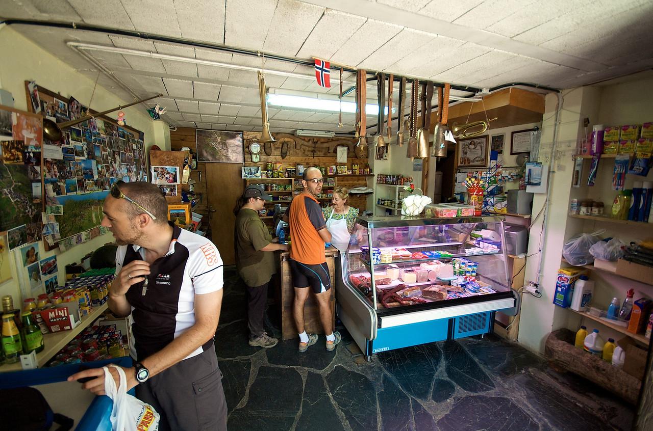En el Acebo hicimos nuetra parada a desayunar. Los cencerros no estaban a la venta. He vuelto a olvidar cómo se llamaba la tienda.