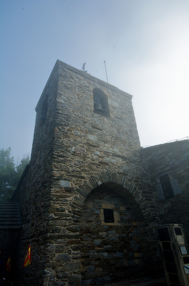 Nos recibió la niebla, más cerrada de lo que parece en la foto. Este es el Santuario de Santa María a Real, el templo más antiguo conservado de la ruta jacobea.