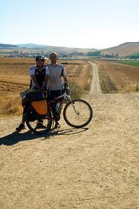 Entrada en Castilla y León. Las caras y el sudor hablan de lo duro que estaba resultando pedalear bajo un solazo potente.