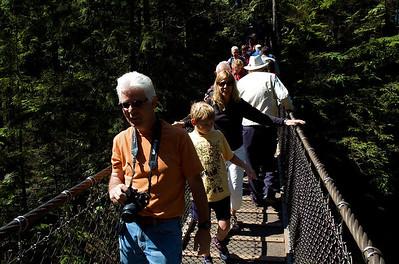 """Este es el puente suspendido de Lynn Canyon (North Vancouver), por donde estuvimos una mañana dando una vuelta. Celeste iba """"pasito a pasito""""."""