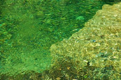 El agua bajaba cristalina.