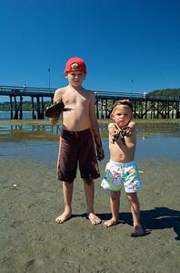 Alfonso y Max con cangrejos, o restos de ellos, capturados.