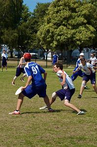 Ultimate freesbee. Un juego espectacular que se está extendiendo en algunos países. En Vancouver se celebró este año la copa del mundo (España no estaba). Ahora mismo es el deporte nº1 en lesiones en Canadá... por encima del rugby. Mucha velocidad y bastante contacto. Y por supuesto un control del freesbee increíble.