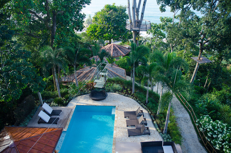 Hotal Punta gabriela, piscina común y villas.
