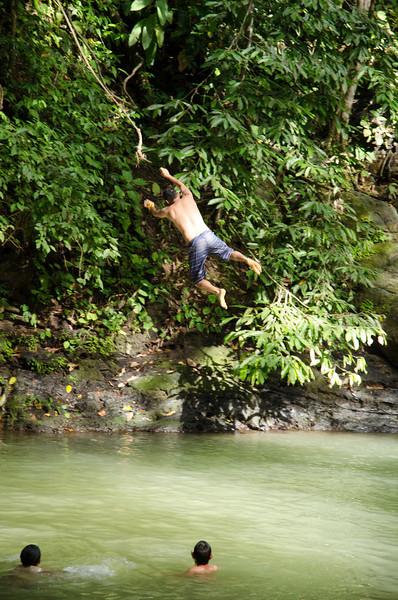 Una cuerda en un árbol y una laguna. Diversión asegurada.