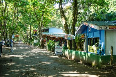 Dominical. Cuatro calles, bares, restaurantes y tiendas de surf. Un pueblo de ambiente relajado sin duda.