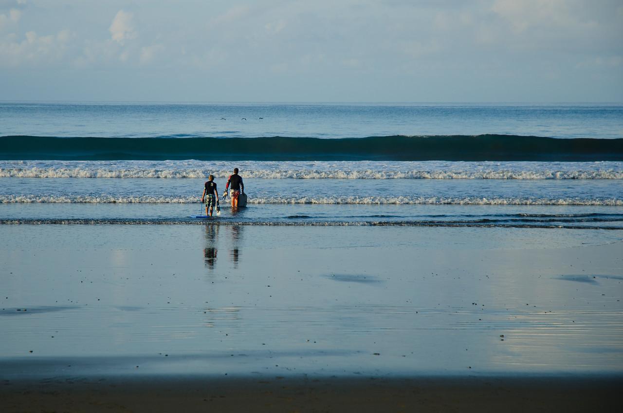 Alfonso y Alex dispuestos a coger unas olas. Playa Hermosa.