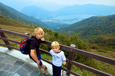 Aquí se ve bien la subida. Habíamos comenzaado allá abajo, junto al lago di Annone. También se ve San Pietro al Monte a mitad de camino. 700 meros de desnivel desde abajo!