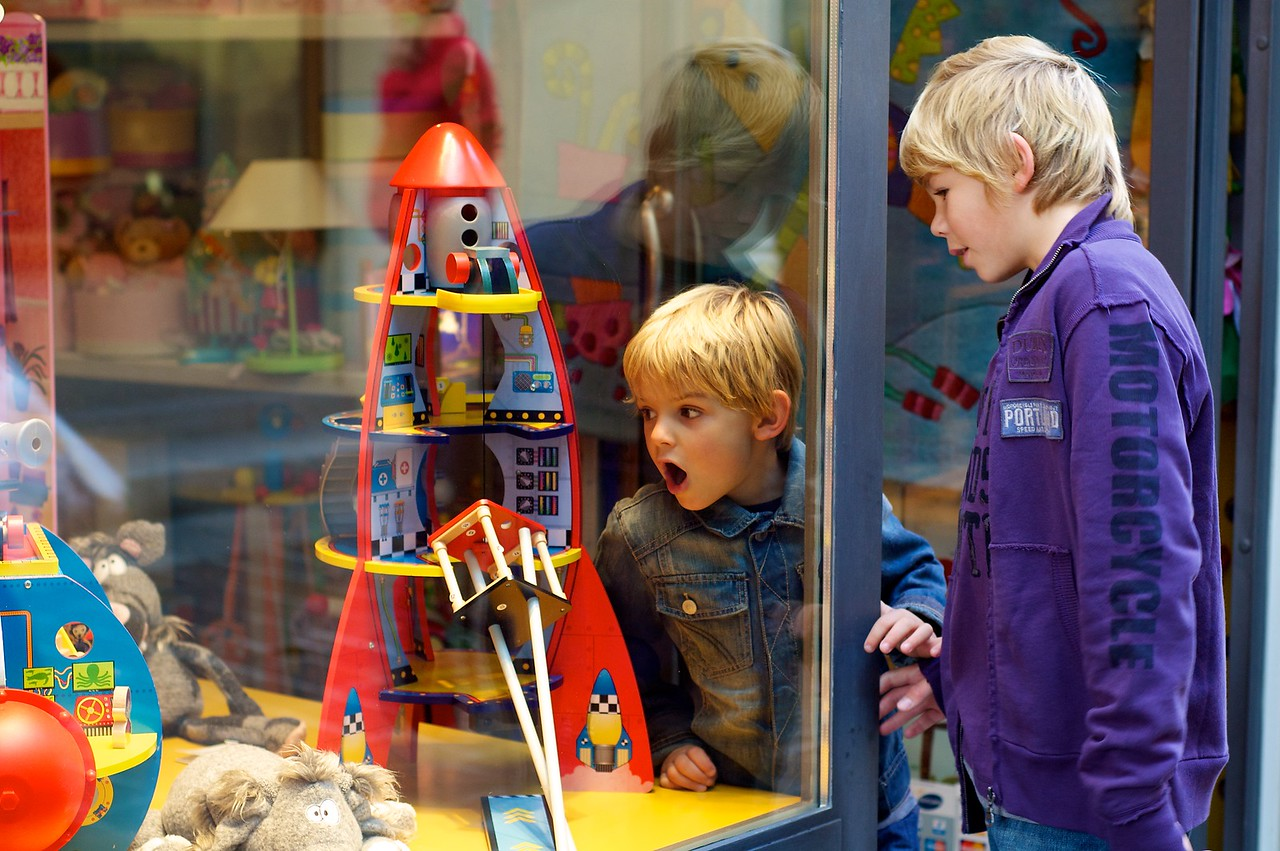 Max y Alfonso frente al escaparate de una juguetería de Cantù.