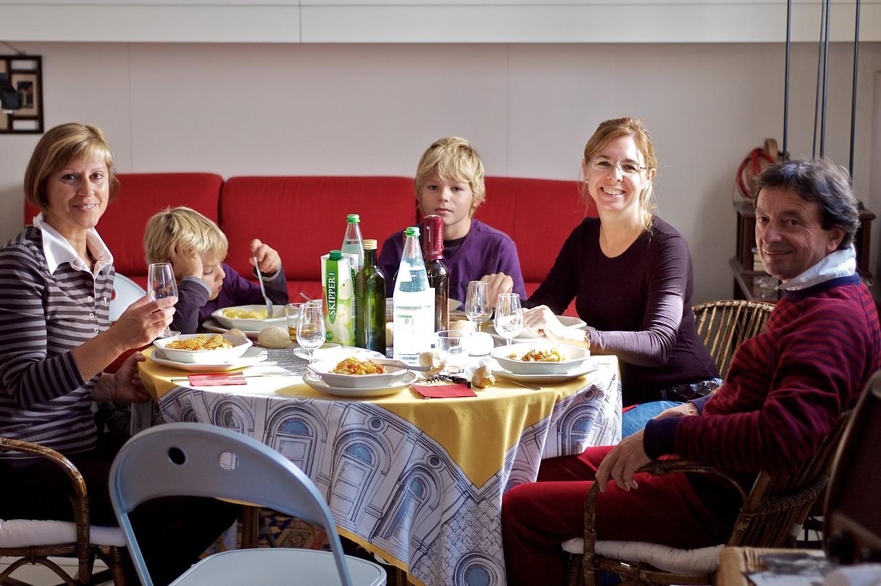 Comida de despedida en casa de Marilsa y Abbondio.