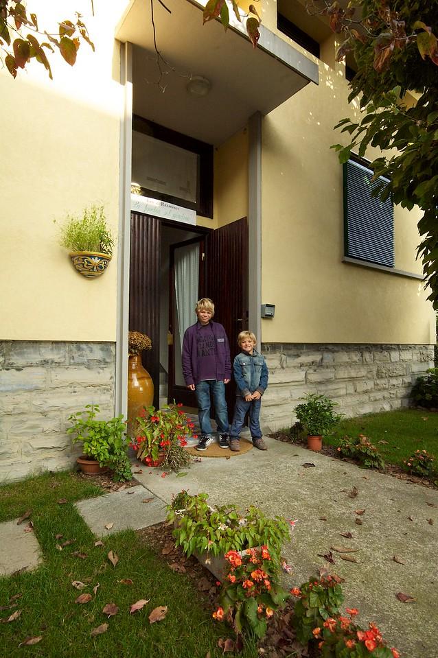 Alfonso y Max frente al B&B de Marilisa y Abbondio (La finestra sul giardino)