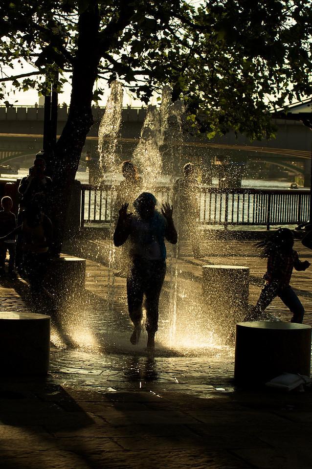 Niños jugando en una fuente cerca de la galería Hayes.