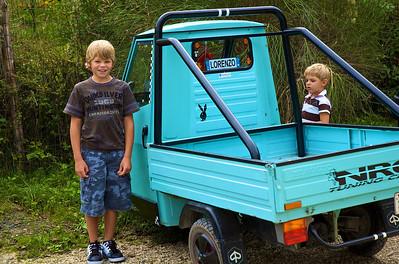 Alfonso y Max asombrados con los cochecitos de jardinero utilizados en Italia. Estos además eran de un club de tuning...