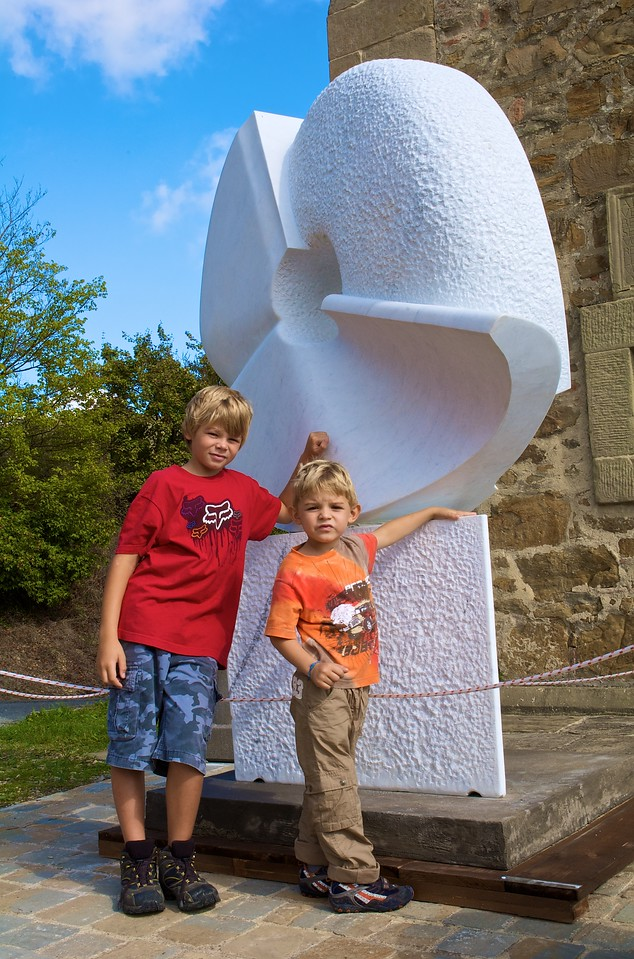 De paseo por el campo nos encontranos con una exposición de esculturas.