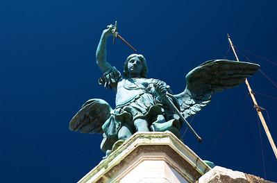 El Arcángel Miguel, incansable luchador contra el mal. Comanda huestes de ángeles celestiales para restablecer la paz y desterrar la maldad sobre la tierra. Y me está mirando de frente.