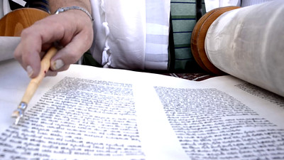 Reading the Torah scroll