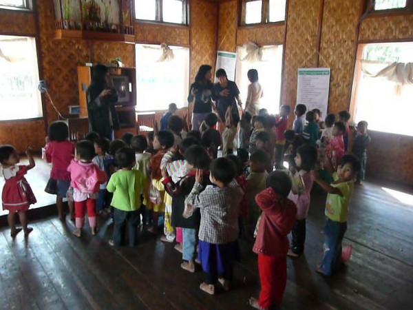 2009, Myanmar, Inle Lake, Nyawng Shwe school kids singing , Video Clips