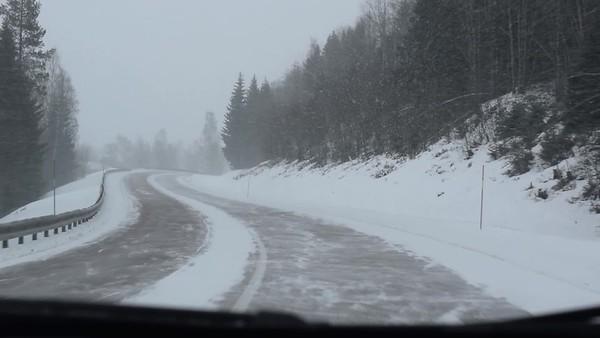 Köra bil på snöig väg - Oncoming traffic is raising snow dust, reducing visibility for driver