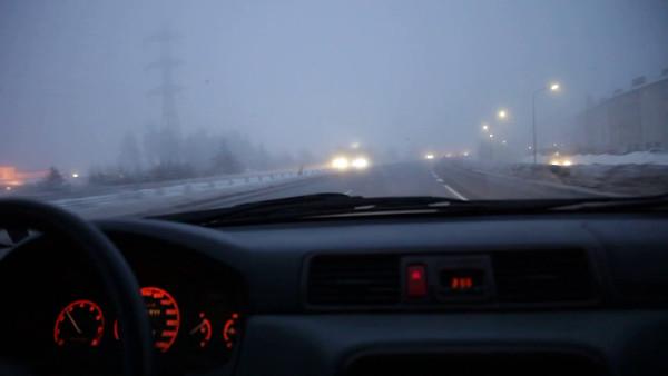 Köra bil en dimmig vinter eftermiddag på halkig väg -  Driving on a motorway in cold and foggy weather in winter