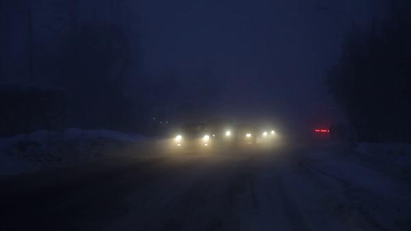 Köra bil en dimmig vinter eftermiddag på halkig väg -  Driving through a winter night on a snow- and ice-covered road